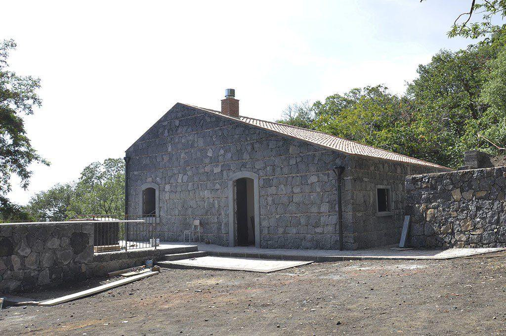Belpasso completato rifugio monte manfr yvii 24 for Motta arredi ragalna