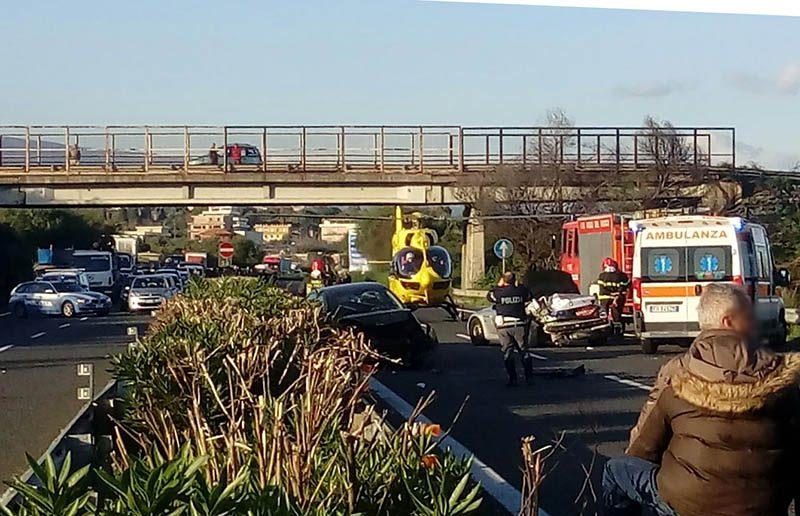 Gravissimo incidente, tir in bilico sulla A18