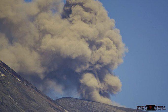 Etna, sbuffi di cenere dal Nord-Est