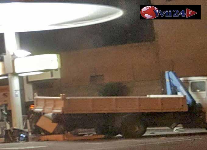 Santa Maria di Licodia, sradicata con un camion la colonnina bancomat del  rifornimento Q8. Immagini esclusive Yvii24