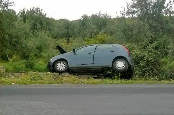 Santa Maria di Licodia, auto fuori strada illeso conducente