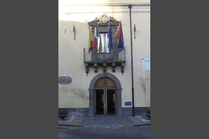 Porta principale di Palazzo Alessi, sede istituzionale del Comune di Paternò - Foto di Normangreek