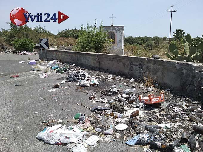 Belpasso: discarica e rifiuti maleodoranti davanti all'altarino sulla provinciale per Licodia