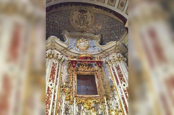 La cappella della Madonna dell'Elemosina senza la sacra icona, in viaggio per Roma