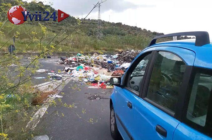"""Biancavilla, la provinciale 156 """"ostaggio"""" dei rifiuti"""