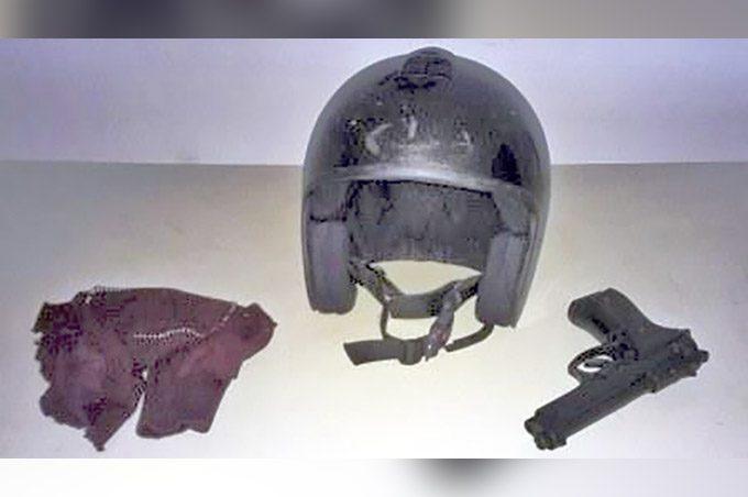 Passamontagna, casco e pistola utilizzati dai malviventi
