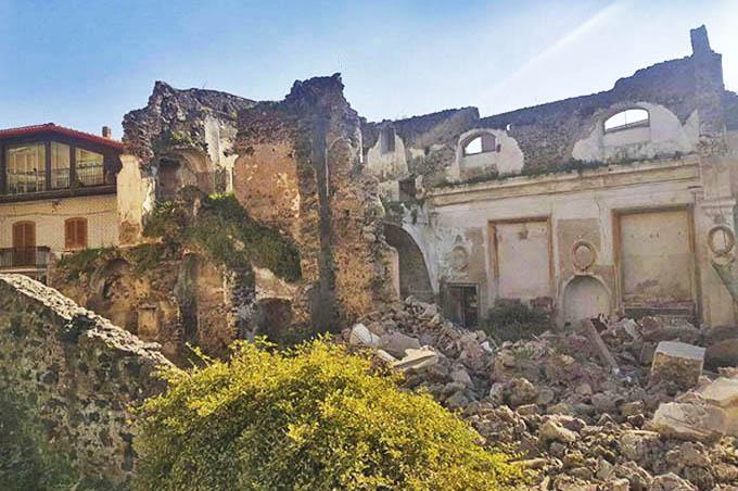 Biancavilla, crolla un muro della Badia