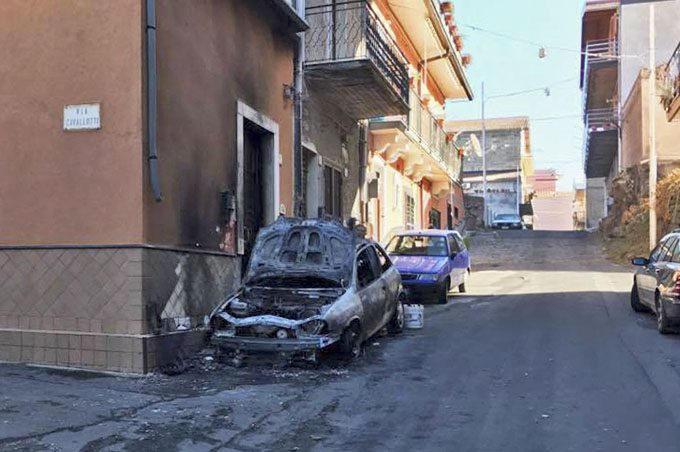 Santa Maria di Licodia, auto distrutta da un incendio