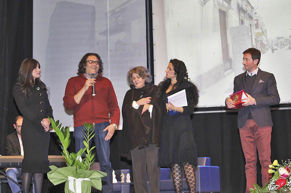 I familiari di Nuccio Marino insieme al sindaco Carlo Caputo e all'assessore alla Cultura Bianca Prezzavento