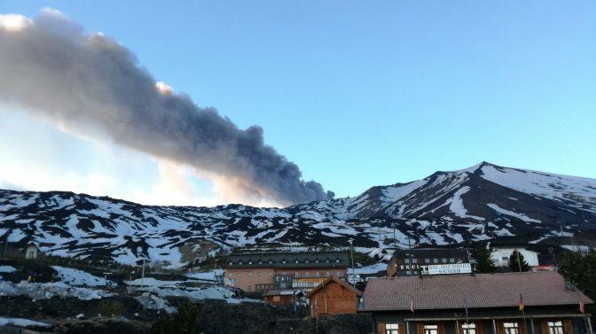 Etna, la cenere vulcanica su diversi paesi pedemontani