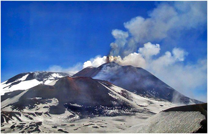 Etna, attività stromboliana e colata lavica sommitale
