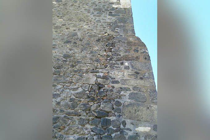 Paternò, distacco di malta al castello normanno