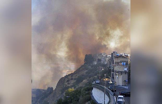 Centuripe: vasto incendio. Fiamme a ridosso delle abitazioni