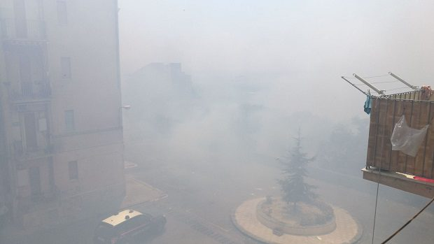 Biancavilla, a fuoco sterpaglie in via Filippo Turati