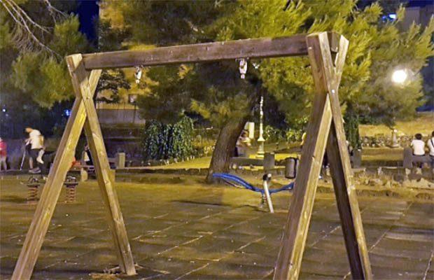 Adrano. Il M5S: «Il parco giochi della villa esempio del degrado»
