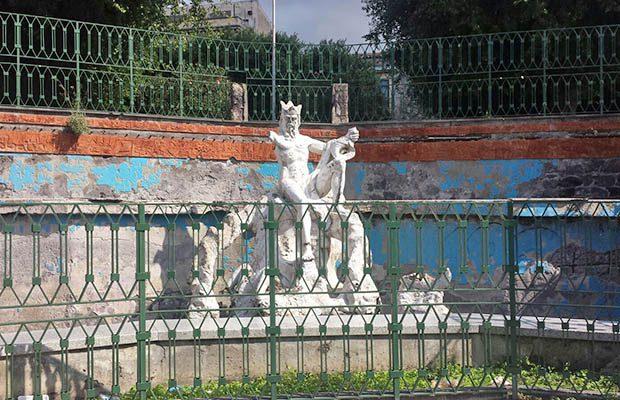 Paternò, il degrado della fontana del dio Simeto