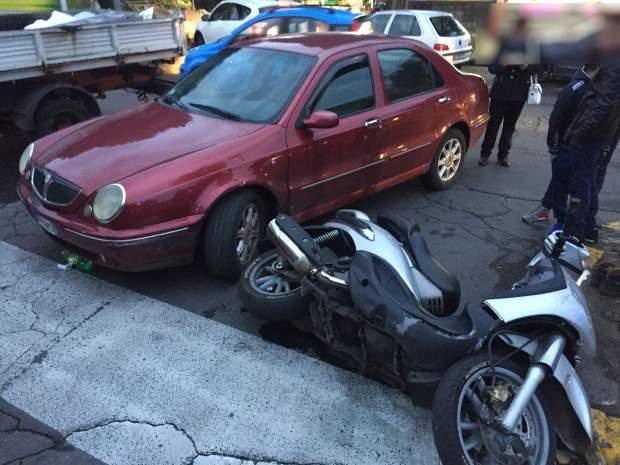 Biancavilla, scooter contro auto in piazza Sgriccio: un ferito