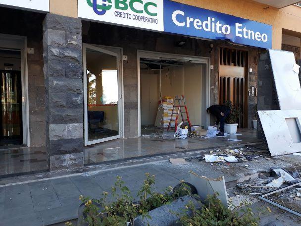 Ragalna. Furto bancomat, inseguiti dai Carabinieri si schiantano contro un muro