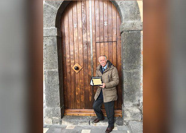 Santa Maria di Licodia. Franco Camarda restaura il portone del Palazzo comunale