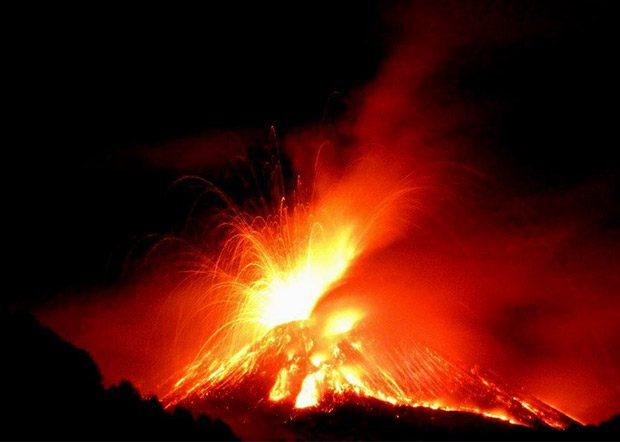 Etna. Il vulcano da spettacolo con una breve eruzione dal Nuovo cratere di Sud-Est