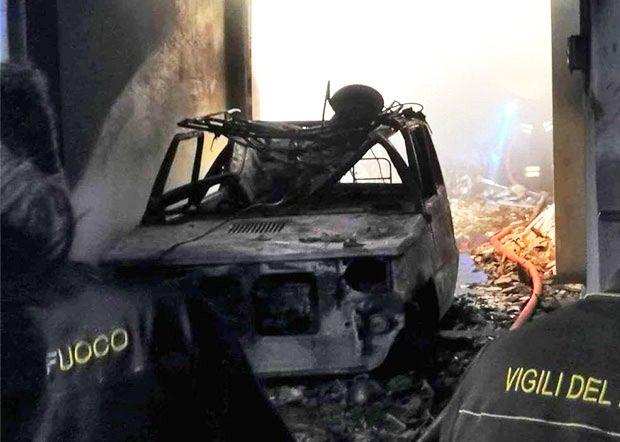 Santa Maria di Licodia. Distrutto dalle fiamme un garage in via Consolazione