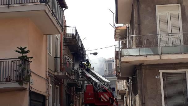 Paternò. Incendio all'interno di un'abitazione in via Cuneo