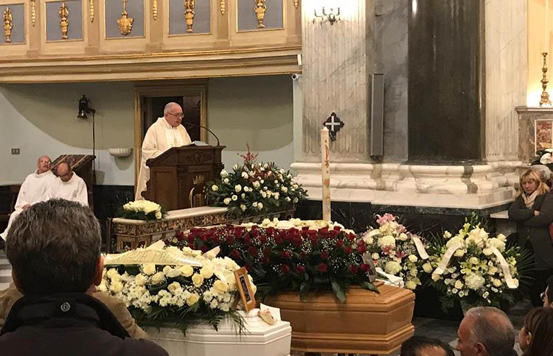 Paternò. Celebrati i funerali di Cinzia Palumbo e dei piccoli Daniele e Gabriele