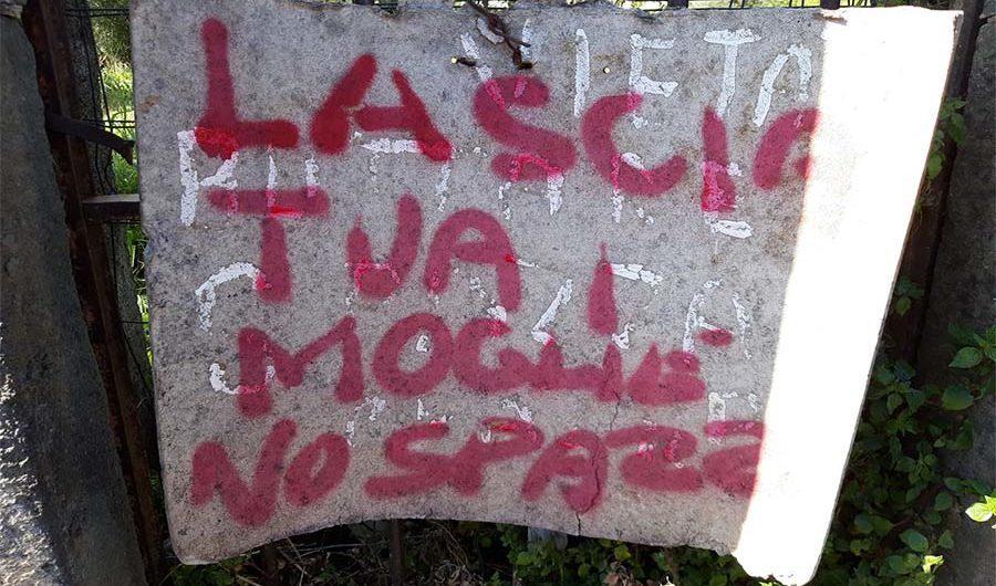 """Santa Maria di Licodia. Indignazione per cartello """"Lascia tua moglie no spazzatura"""""""