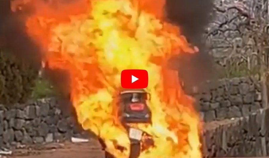 Biancavilla. Incendio scooter alla villa comunale: il VIDEO