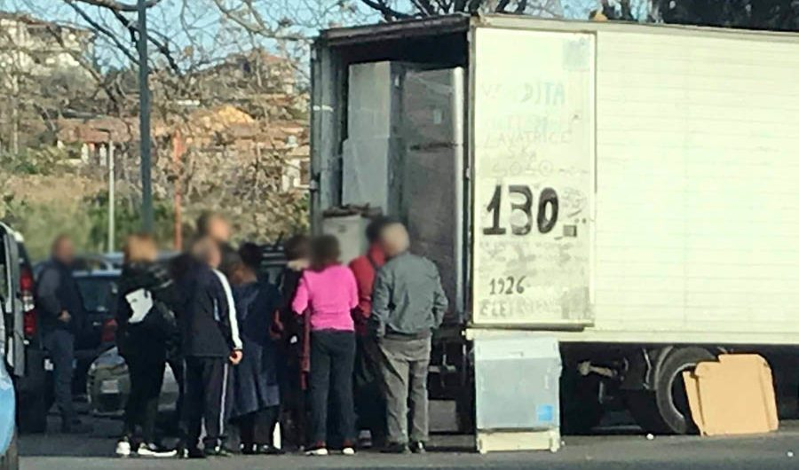 """""""Black friday"""" alla catanese: la lavatrice si vende per strada a 130 euro"""