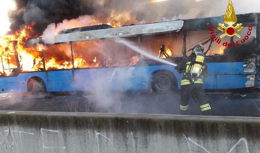 Belpasso. Incendio bus Fce nella zona di Piano Tavola
