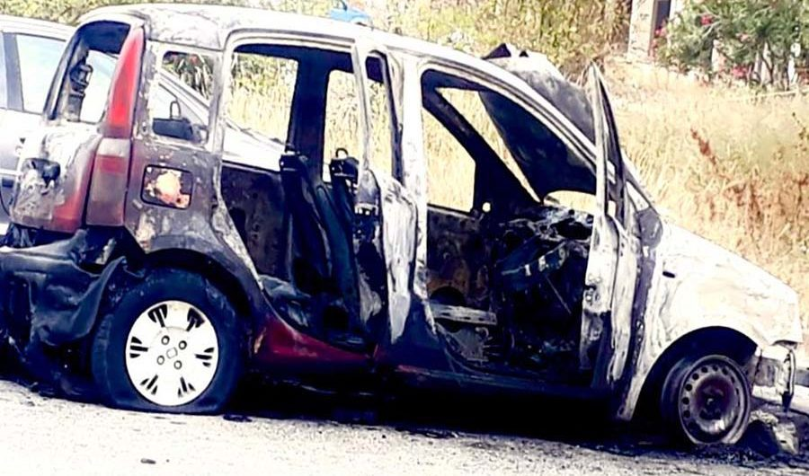 Paternò. Automobile in fiamme in piazza della Repubblica