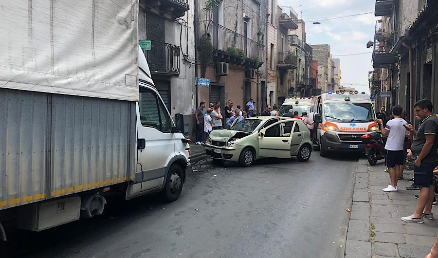 Adrano. Impatto frontale in via Vittorio Emanuele