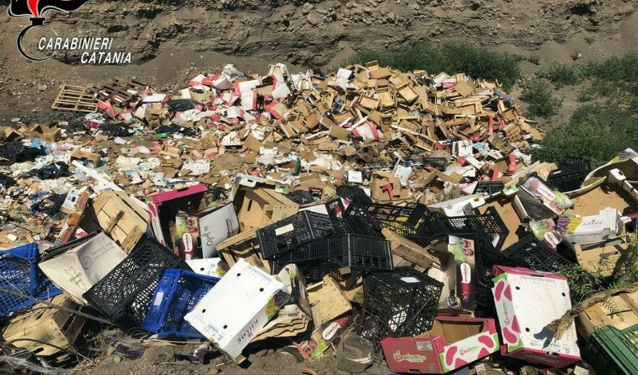 Biancavilla. Sversava rifiuti in un terreno, denunciato 40enne