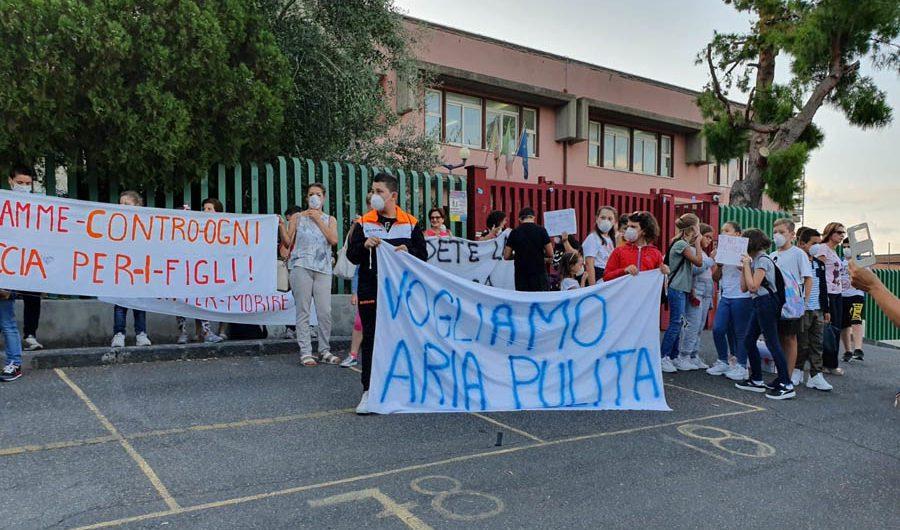 Motta Sant'Anastasia, manifestazione contro la discarica: «Vogliamo aria pulita»