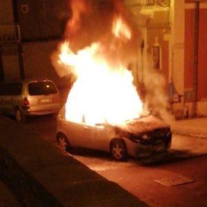 Santa Maria di Licodia. In fiamme auto a piazza Regina Elena