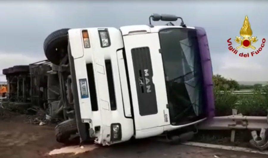 Catania. Incidente in tangenziale, Tir si ribalta: illeso conducente (VIDEO)