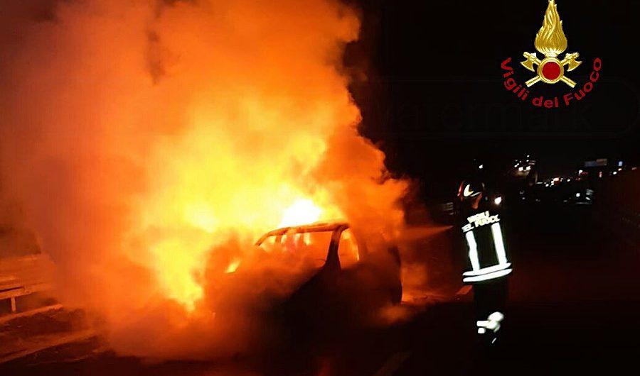 SS121. In fiamme auto nei pressi di Etnapolis