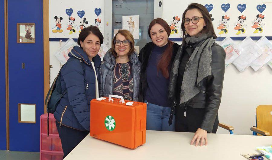 """Paternò. Movimento 5 Stelle Paternò dona valigetta primo soccorso alla scuola """"San Francesco"""""""