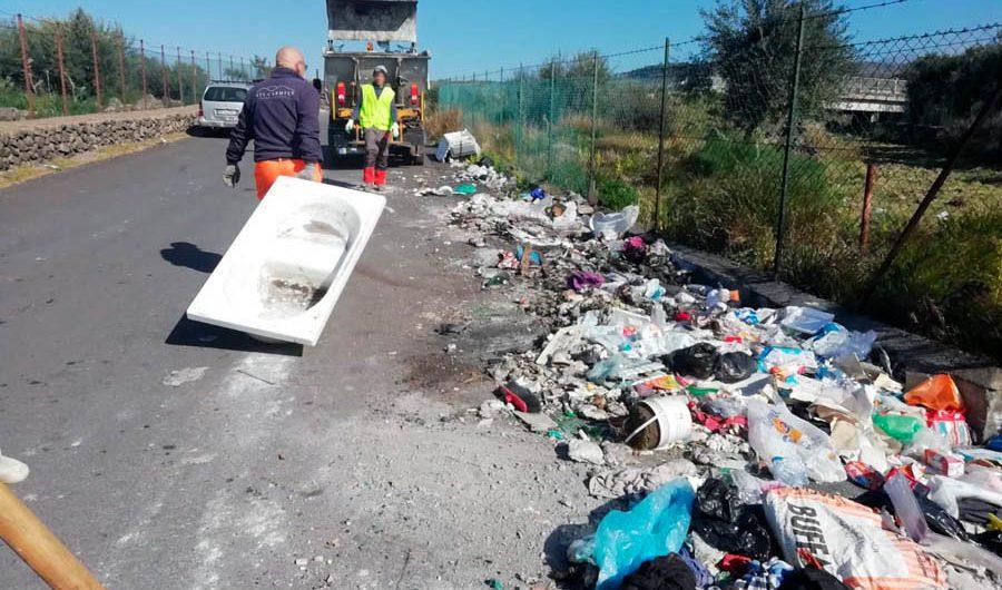 """Biancavilla. """"Sicilia clean"""": i volontari ripuliscono un'area dai rifiuti"""