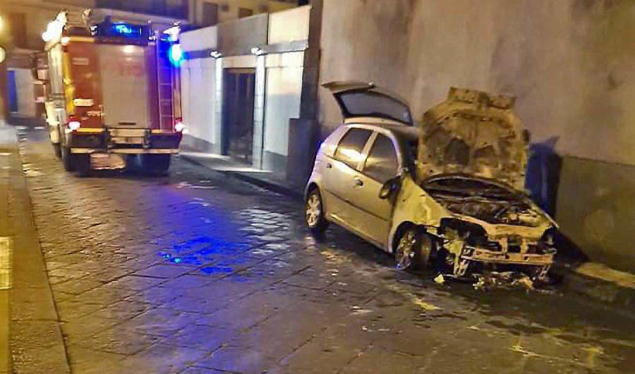 Aci Catena: due auto in fiamme. Si tratta di incendi dolosi