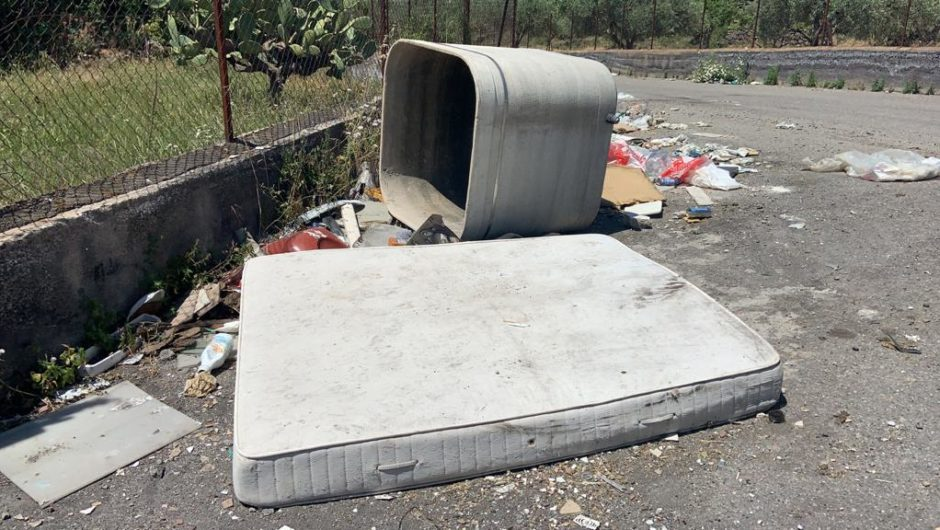 Abbandono selvaggio di rifiuti nella Strada di Fora tra Licodia e Ragalna