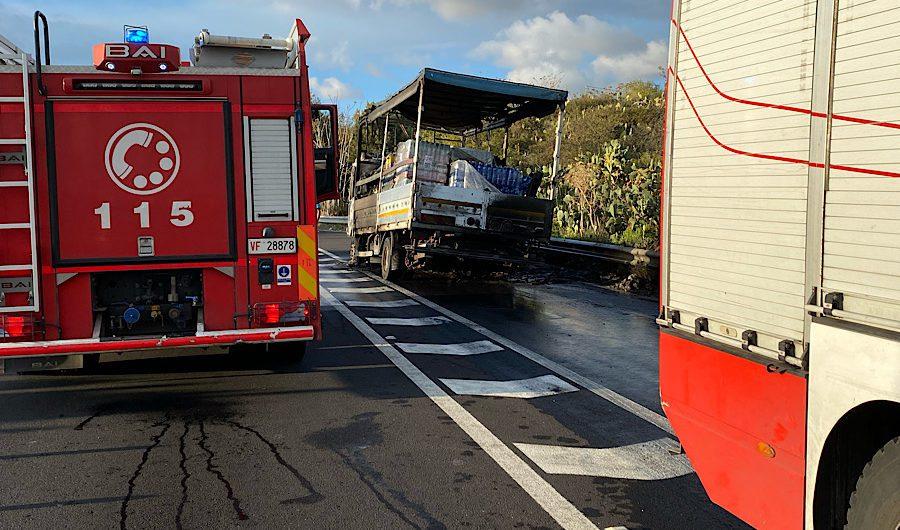 Ss284. In fiamme camion tra S.M.di Licodia e Biancavilla