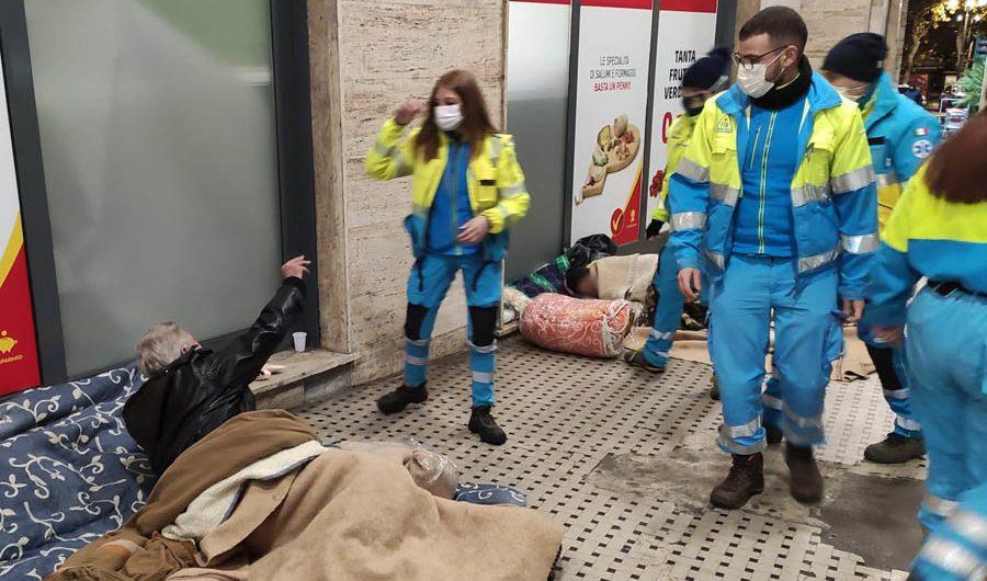 Catania. La Misericordia di Bronte reca coperte e panettoni ai senzatetto