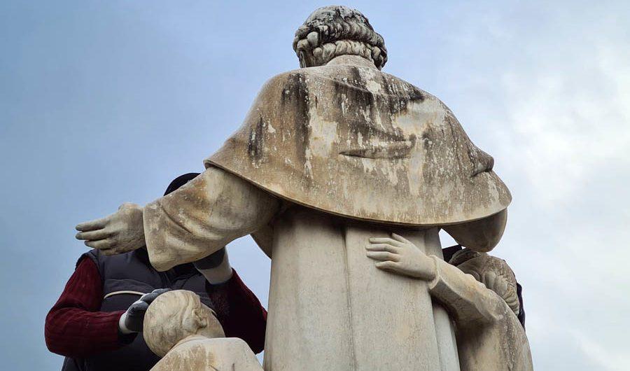 Biancavilla. Ripulita la statua di Don Bosco